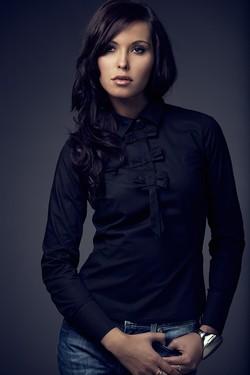 Camasa eleganta neagra cu funde aplicate si maneca lunga